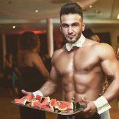 Sexy butler met een schaal vol met lekker watermeloen
