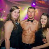 Mannelijke stripper op de foto met de dames