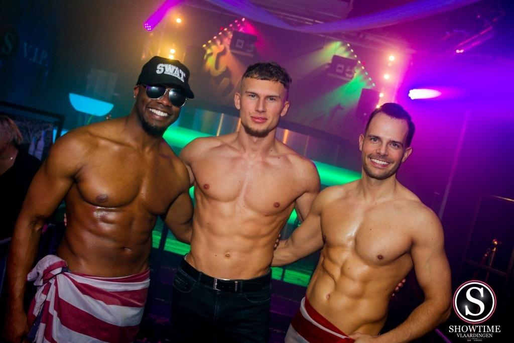 Gespierde butlers in bar dancing Showtime