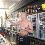 Sexy bartender maakt de lekkerste cocktails