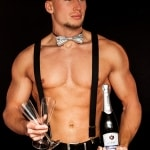 Sexy butler die champagne serveert
