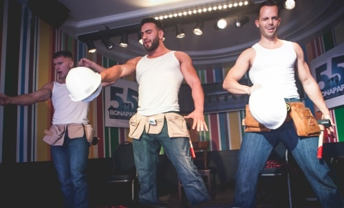 Mannelijke strippers als bouwvakker