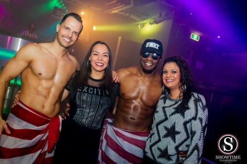 Op de foto met de strippers