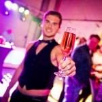 Sexy butler deelt welkomstdrankjes uit bij de vrouwen bingo