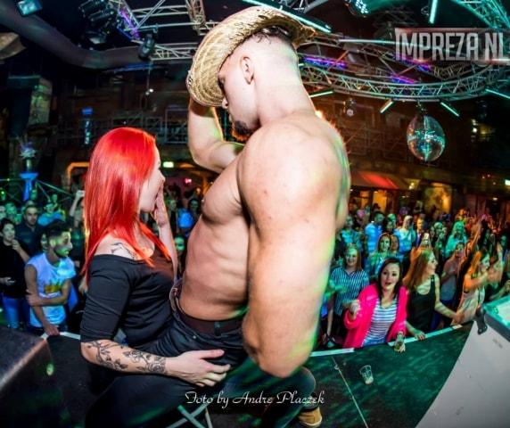 Stripper Benjamin geeft een lapdance