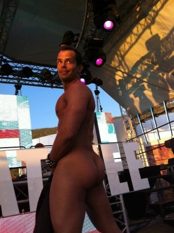 Stripper Kevin bij Matinee at the beach
