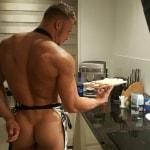 Thuis feestje met een naakte butler in de bediening