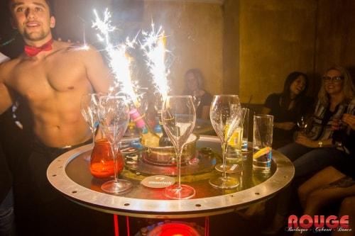 Topless butler serveert de drankjes bij de ladiesnight