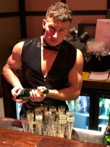 sexy butler schenkt champagne in