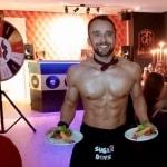 Sexy butler met het erotische rad van fortuin