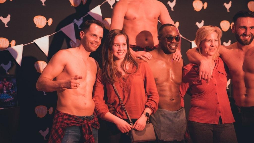 Even op de foto met de mannelijke strippers