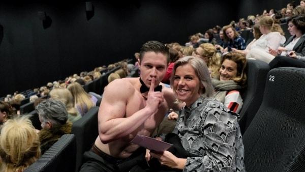 Sexy butler deelt de prijzen uit tijdens de loterij